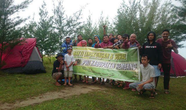 PWI Rembang Tanam Ratusan Cemara Pantai Dasun