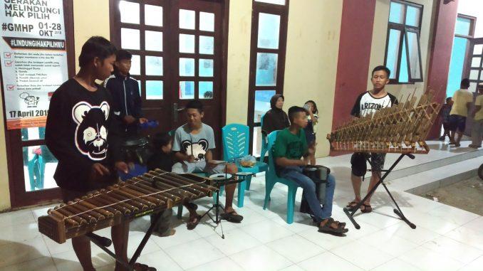 Kades Dasun memberikan Pelatihan Musik Angklung Kepada Anak Dasun